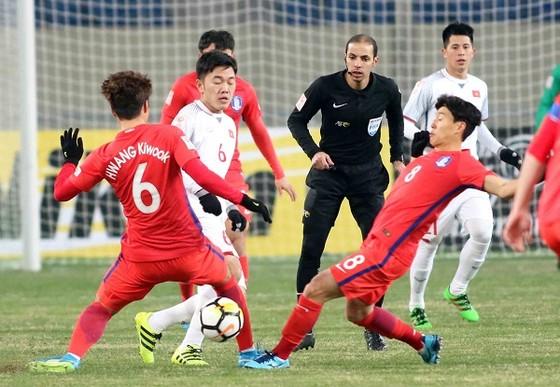 Xuân Trường trong vòng vây của hậu vệ Hàn Quốc. Ảnh: A.TRẦN