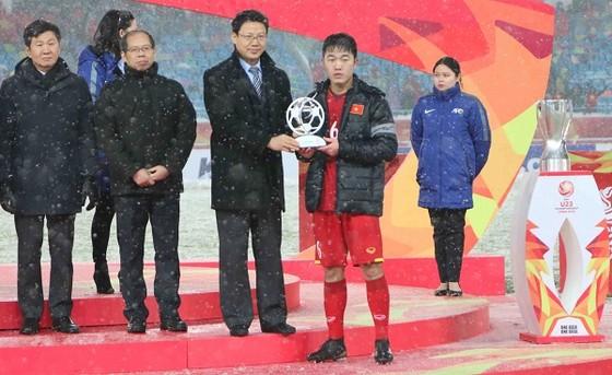 Thủ quân Xuân Trường đại diện U23 Việt Nam nhận giải fair-play. Ảnh: ANH KHOA