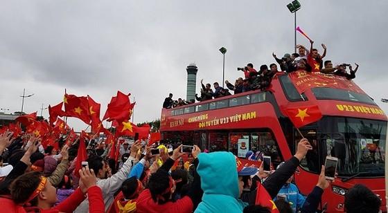 """""""Rừng người"""" hâm mộ chào đón đội tuyển U23 Việt Nam về nước ảnh 2"""