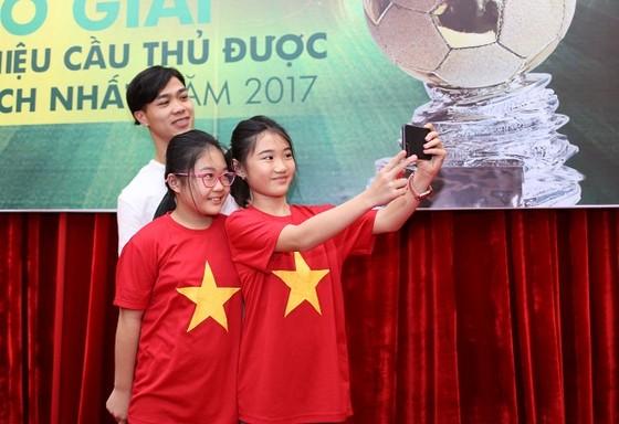 """Nguyễn Công Phượng nhận giải """"Cầu thủ được yêu thích nhất năm 2017"""" ảnh 3"""