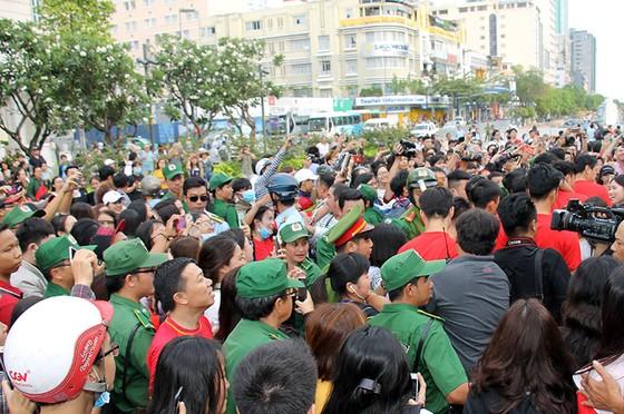 Đội U23 Việt Nam dự lễ dâng hương tượng đài Bác Hồ trên phố đi bộ đường Nguyễn Huệ ảnh 3