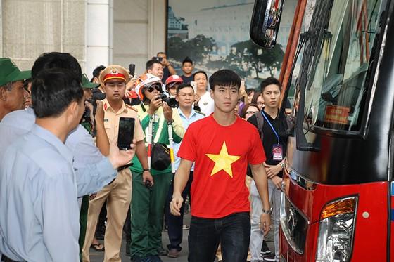 Đội U23 Việt Nam dự lễ dâng hương tượng đài Bác Hồ trên phố đi bộ đường Nguyễn Huệ ảnh 1