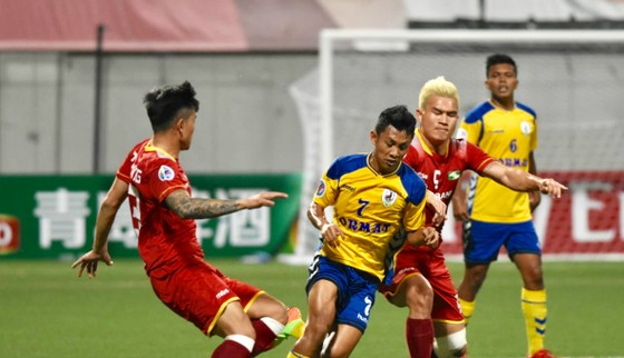 SLNA (áo đỏ) có khởi đầu ấn tượng tại Singapore