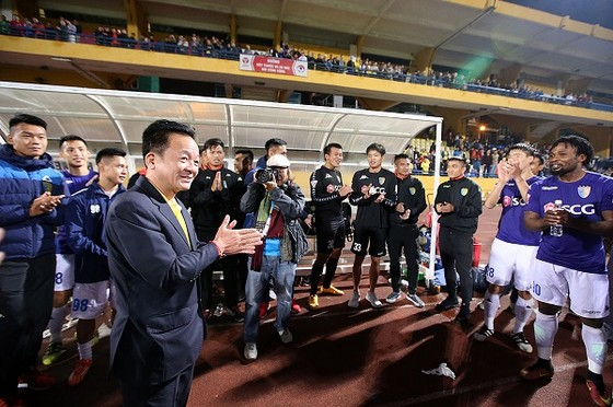 Thầy trò CLB Hà Nội vừa được bầu Hiển thưởng lớn. Ảnh: MINH HOÀNG