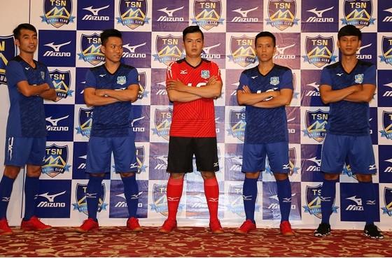 Các cầu thủ Thái Sơn Nam trong trang phục thi đấu mới. Ảnh: DƯ HẢI