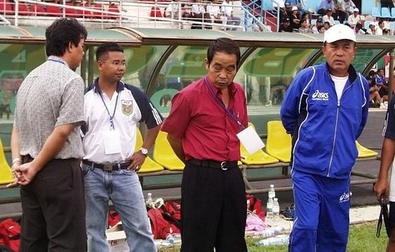 HLV Nam Dae Shik (bìa phải) . Ảnh: QUỐC CƯỜNG