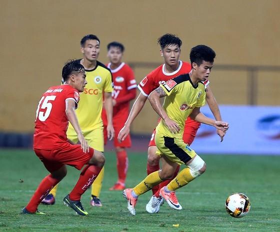 Cuộc so tài giữa Viettel và Hà Nội B ở vòng 1. Ảnh: MINH HOÀNG
