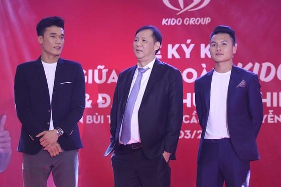 Tiến Dũng và Quang Hải trong một sự kiện quảng cáo mới đây. Ảnh: ANH KHOA