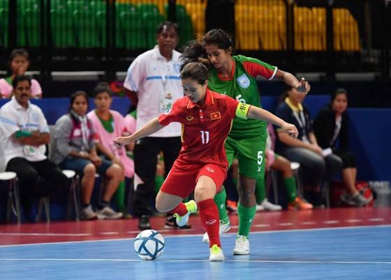 Thắng đậm Bangladesh, ĐT futsal nữ Việt Nam đặt một chân vào tứ kết ảnh 1