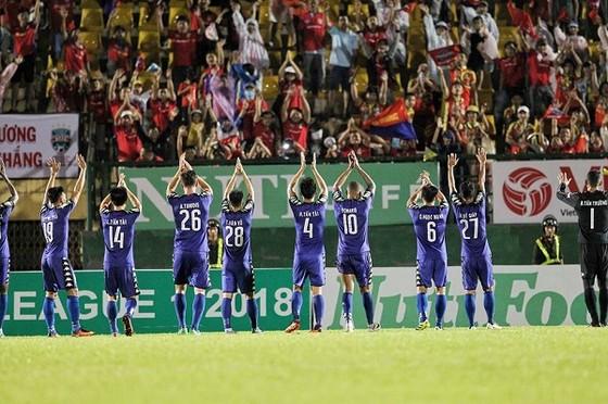 Cầu thủ đội B.Bình Dương sang chào cám ơn khán giả nhà sau trận đấu. Ảnh: ĐỨC DUY