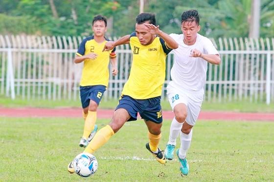 Vĩnh Long (áo vàng) để thua 1-4 trước An Giang ngay trên sân nhà. Ảnh: DƯƠNG THU