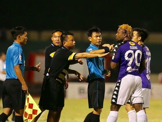 Tình huống tranh cãi trọng tài của Oseni trên sân Vinh vừa qua. Ảnh: MINH HOÀNG