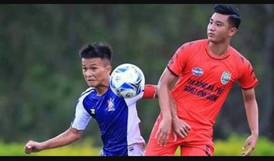 Trung vệ Đức Nguyễn Davide (bên phải)