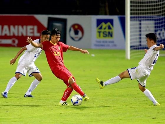Viettel (áo đỏ) giành 3 điểm đầu tiên trước An Giang