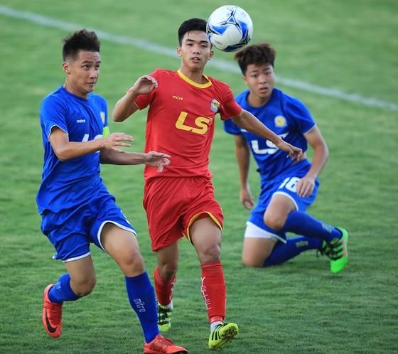 Viettel (áo đỏ) khẳng định sức mạnh qua chiến thắng 4-2 trước HA.GL