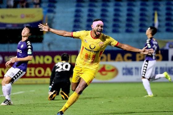 Nam Định bất ngờ vượt lên dẫn 3-0 với cú đúp của Diogo. Ảnh: MINH HOÀNG
