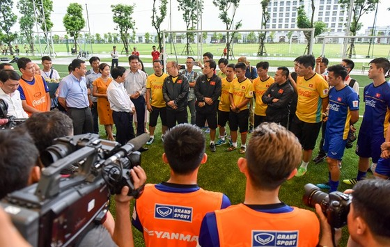 Bộ trưởng Bộ VH-TT-DL Nguyễn Ngọc Thiện thăm đội U23 Việt Nam ảnh 2