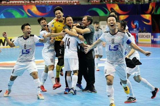Cảm xúc vỡ òa của các cầu thủ Thái Sơn Nam sau trận đấu. Ảnh: ANH TRẦN