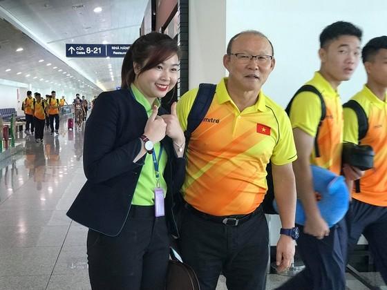 Một nhân viên sân bay Tân Sơn Nhất chụp ảnh lưu niệm cùng HLV Park Hang-seo. Ảnh: DŨNG PHƯƠNG