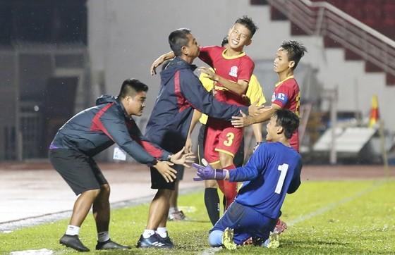 Niềm vui của đội Sài Gòn FC khi giành trận thắng đầu tiên. Ảnh: ANH TRẦN