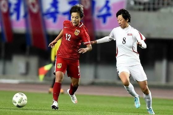 Trung Quốc (áo đỏ) sẽ gặp Thái Lan ở Tứ kết