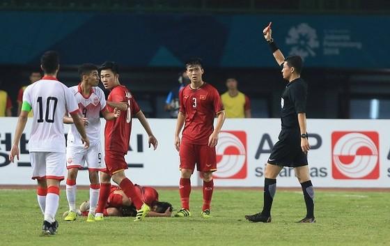 Sannad lãnh thẻ đỏ, Bahrain chỉ còn thi đấu 10 người. Ảnh: DŨNG PHƯƠNG