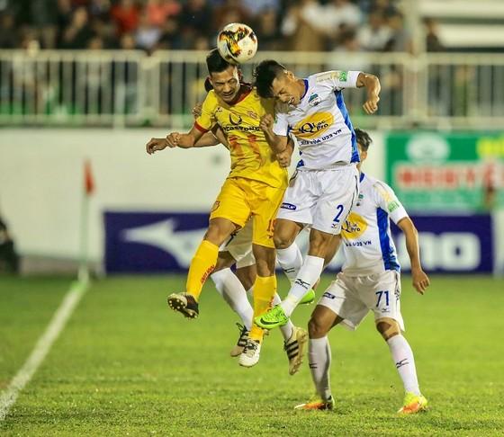 Vòng 24 Nuti Cafe V-League 2018: Nóng trên sân Thiên Trường ảnh 1