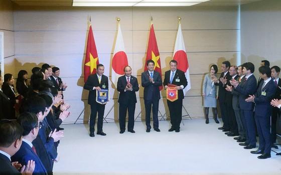 Thủ tướng Chính phủ Nguyễn Xuân Phúc và Thủ tướng Nhật Bản Shinzo Abe chứng kiến lễ trao biên bản hợp tác giữa VFF và JFA