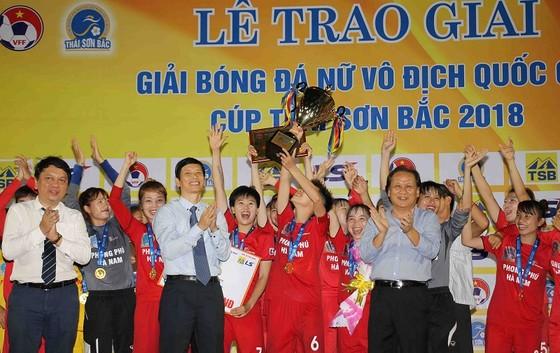 Đội Hà Nam trong niềm vui vô địch. Ảnh: DŨNG PHƯƠNG