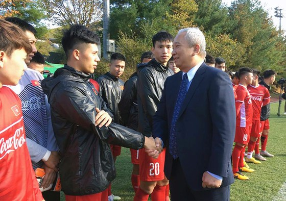 Đại sứ Nguyễn Vũ Tú bắt tay chào mừng các thành viên của đội tuyển Việt Nam. Ảnh: ĐOÀN NHẬT