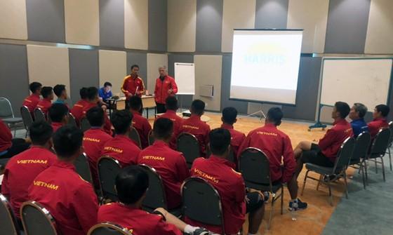 """Sau Olympic Việt Nam, đến lượt U19 phải tập luyện trên """"mặt sân ruộng"""" ở Indonesia ảnh 1"""