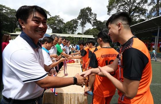 Ban tổ chức trao Huy chương cho các đội đoạt giải. Ảnh: Lê Tuấn