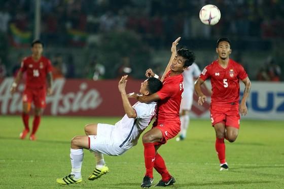 """Anh Đức """"đầu hàng"""" khi hậu vệ Myanmar tìm mọi cách để ngăn chặn. Ảnh: ANH KHOA"""