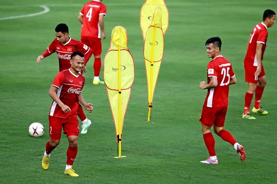 Trọng Hoàng lo ngại Việt Nam gặp khó khăn với những cầu thủ cao to của Philippines ảnh 1