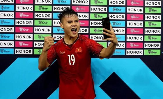 Quang Hải được bầu cầu thủ xuất  sắc nhất trận đấu. Ảnh: MINH HOÀNG