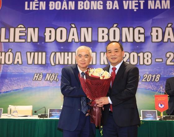 Chủ tịch VFF khóa VII Lê Hùng Dũng trao hoa chúc mừng tân Chủ tịch Lê Khánh Hải