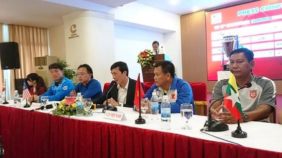 HLV các đội tham dự giải tại buổi họp báo. Ảnh: NGUYỄN NHÂN