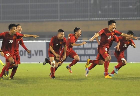 Niềm vui của các cầu thủ Việt Nam sau khi thắng trên loạt sút luân lưu. Ảnh: NGUYỄN NHÂN