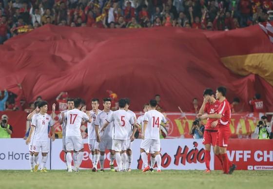 Niềm vui của các cầu thủ Việt Nam sau bàn mở tỷ số. Ảnh: MINH HOÀNG