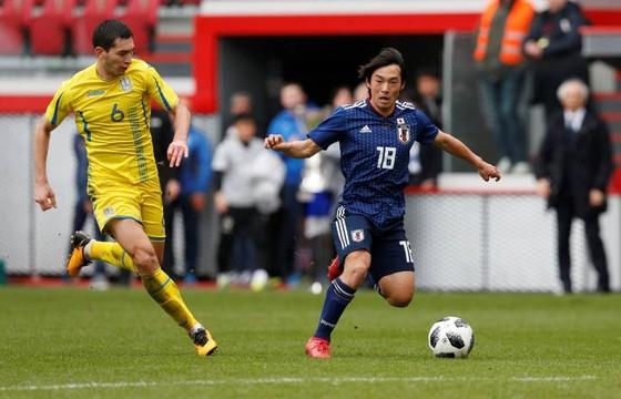 Nakajima (áo xanh) dính chấn thương vào giờ chót