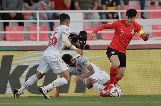 Son Heung Min đi bóng trước các hậu vệ Bahrain. Ảnh: AFC