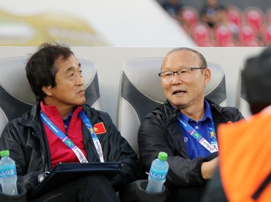 Ông Park và trợ lý Lee Young-jin. Ảnh: ĐOÀN NHẬT