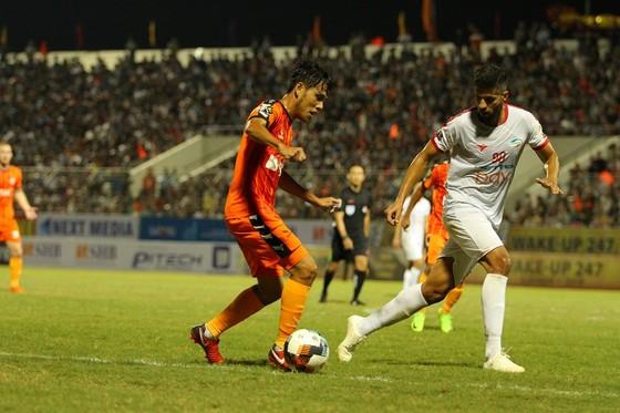 Quế Ngọc Hải nhận thẻ đỏ trong ngày Viettel ra mắt ở V-League ảnh 1