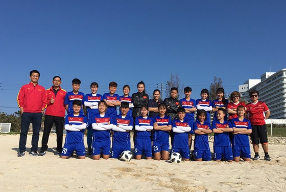 Đội tuyển U19 nữ Việt Nam chụp ảnh lưu niệm tại bãi biển Okinawa. Ảnh: Đoàn Nhật