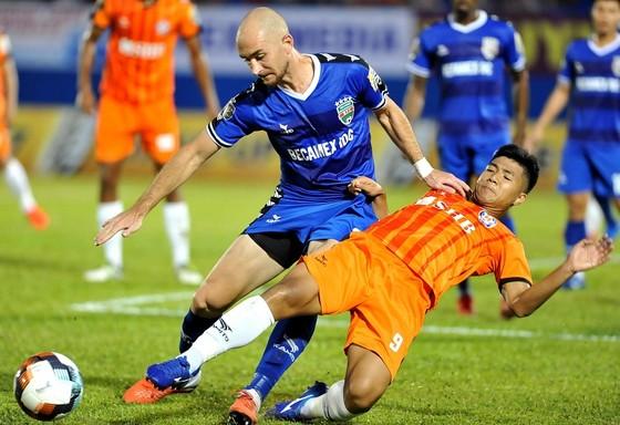 Đức Chinh cùng các cầu thủ Đà Nẵng sẽ gượng dậy ở trận gặp Quảng Nam trên sân nhà? Ảnh: NGUYỄN NHÂN