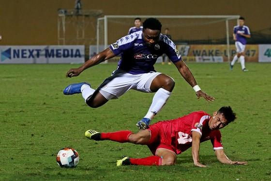 Oseni ghi dấu ở bàn thắng thứ 2 cho Hà Nội. Ảnh: MINH HOÀNG