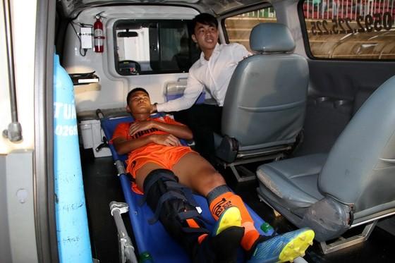 Thủ quân đội U19 Đà Nẵng gãy chân trong trận gặp HA.GL ảnh 2