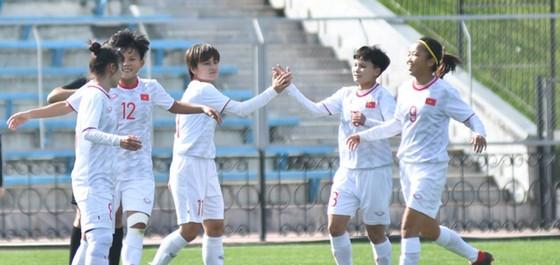 Niềm vui của đội nữ Việt Nam sau trận thắng trước Hồng Công. Ảnh: Đoàn Nhật