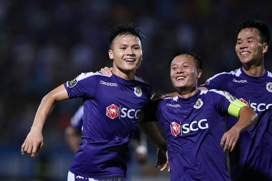 Quang Hải và Thành Lương tỏa sáng trong chiến thắng của CLB Hà Nội. Ảnh: MINH HOÀNG