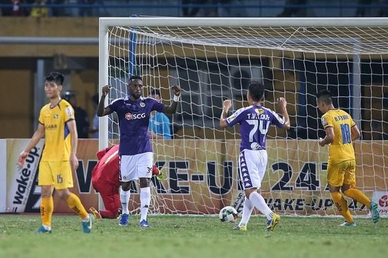 """Đè bẹp SLNA 4-0, Hà Nội """"lên đỉnh"""" V-League ảnh 1"""